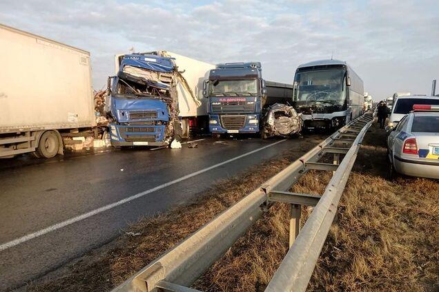 В ДТП в Черкасской области столкнулось 11 автомобилей