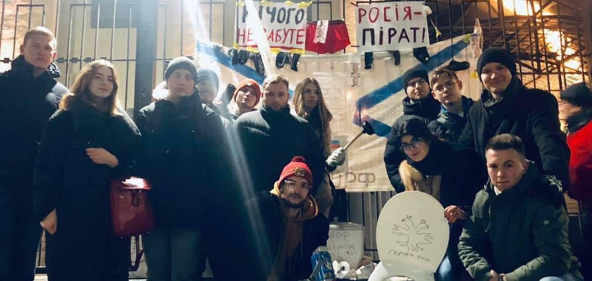 Принесли унитазы с бумагой: украинцы ярко отреагировали на жлобство России. Фото и видео