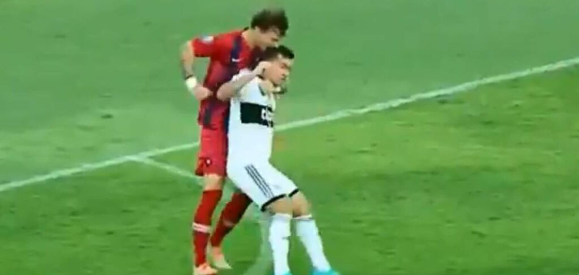Фернандо Аморебьета укусил соперника