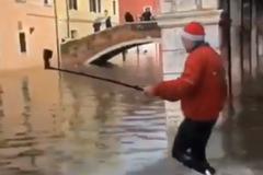 В затопленной Венеции произошло ЧП с туристом: видео