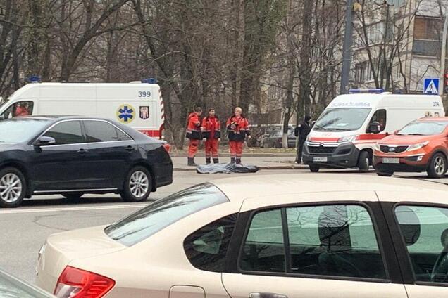 У Києві посеред вулиці виявили труп
