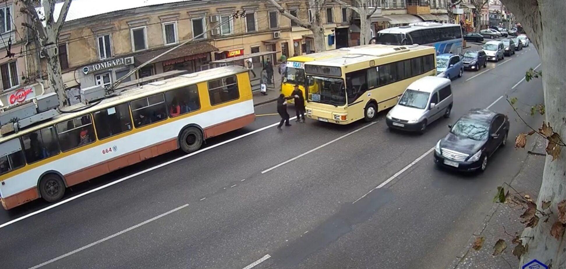 Возле одесского 'Привоза' подрались маршрутчики и разъехались, пока полиция стояла в пробке