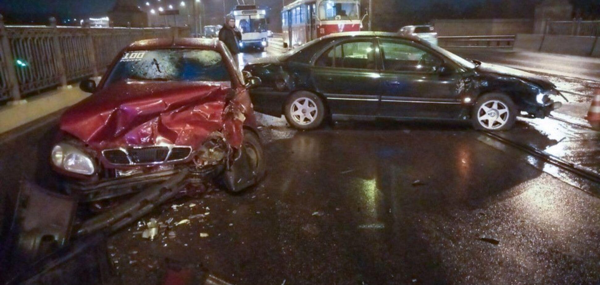 У Дніпрі дві автівки потрапили в жорстку ДТП на мокрій дорозі: є постраждалі, фото