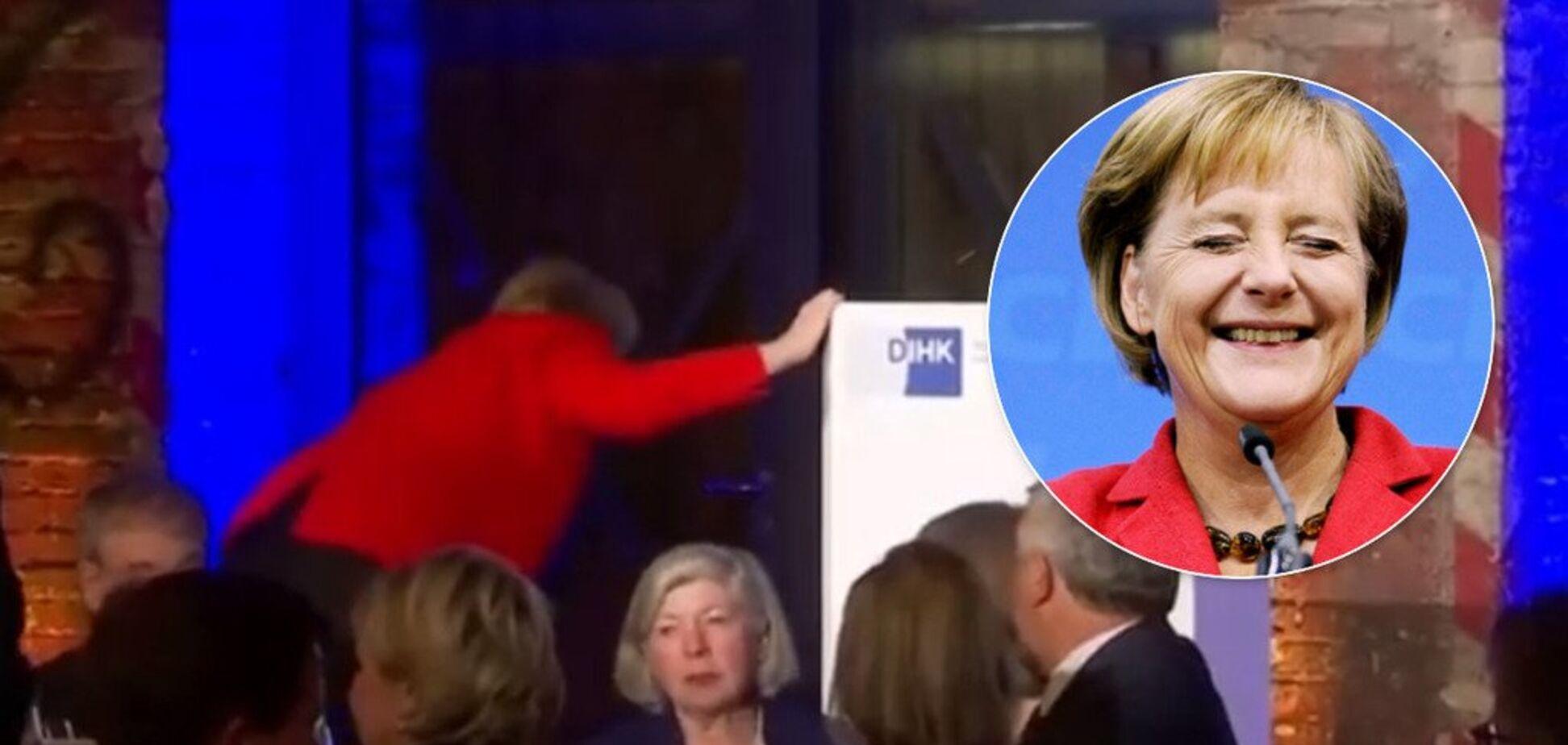 Меркель осоромилася на сцені і потрапила на відео
