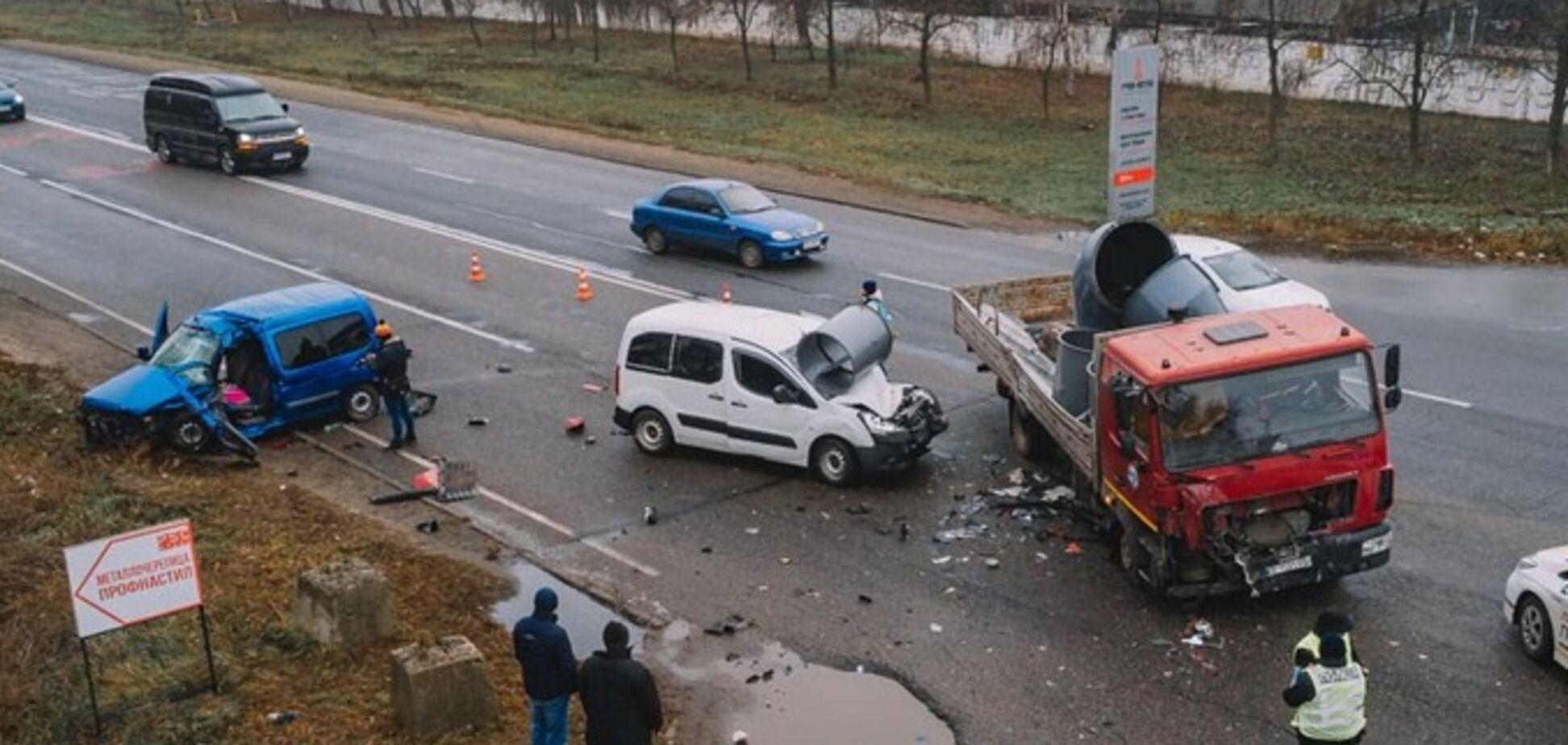 Водія вирізали з авто: в Дніпрі легковик влетів у МАЗ