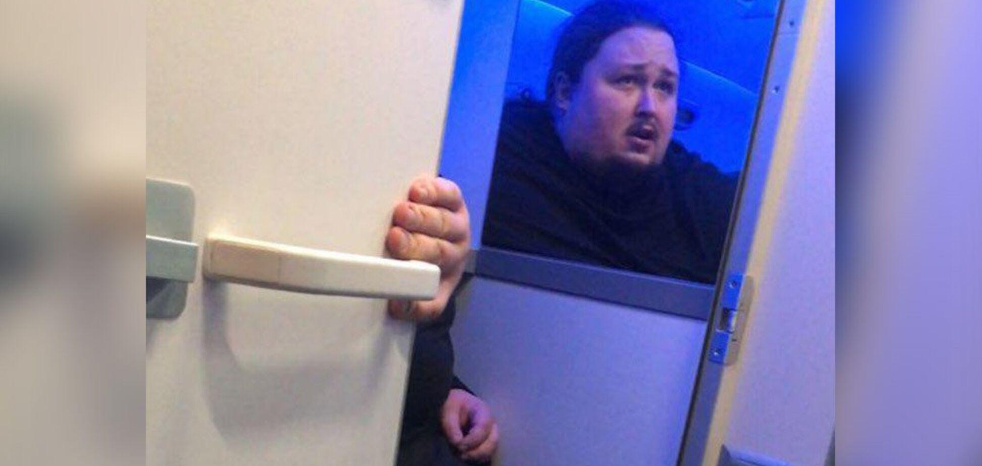 Застрял в унитазе самолета: сына художника Сафронова предупредили об опасности