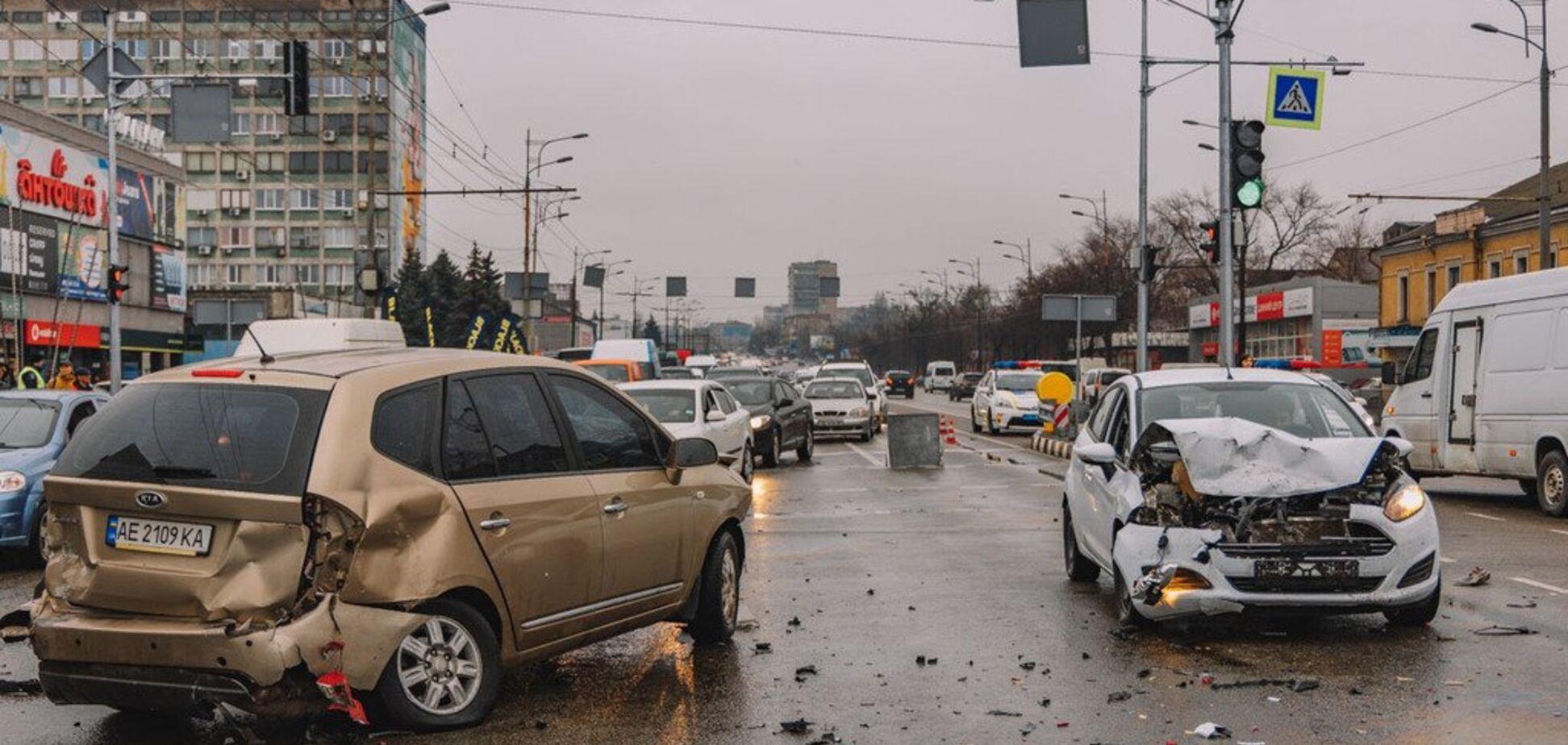 Авто вылетело на встречку: появилось видео с моментом аварии, парализовавшей Днепр