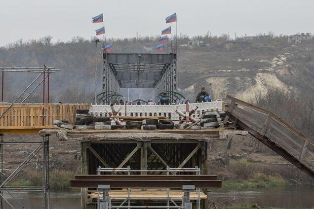 """""""ЛНР"""" повісила прапори на мосту – фото, зроблене в жовтні"""