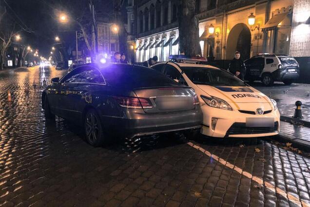 Зірвиголова зім'яв поліцейський автомобіль у Одесі
