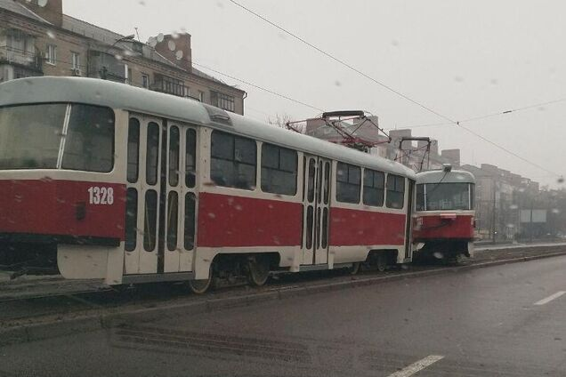 В Днепре трамвай устроил ЧП на дороге