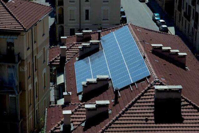 Сонячні панелі на даху житлового будинку в центрі міста