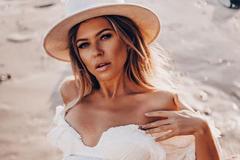 Співачка з РФ показала голі груди в пікантній фотосесії