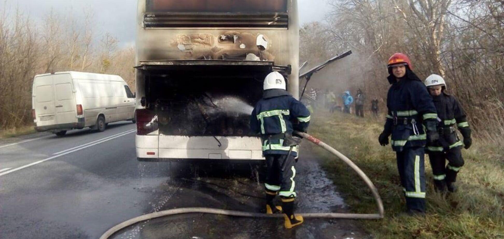 Під Рівним на ходу загорівся автобус з туристами. Фото