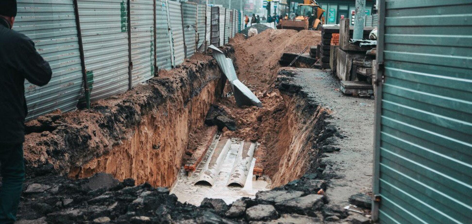 На Калиновій провалився асфальт: утворилася величезна яма