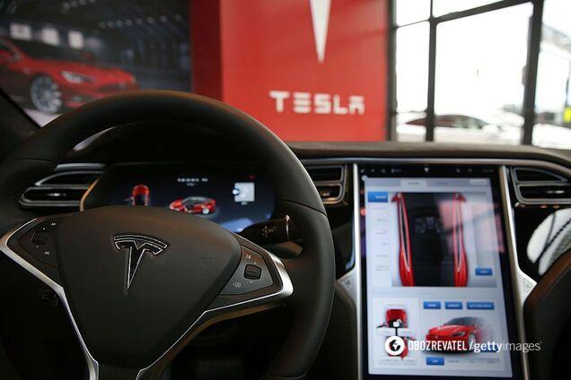 Бортовий комп'ютер електромобіля Tesla