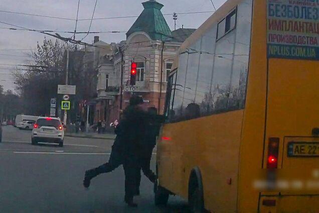 Чоловік розбив скло маршрутки в Дніпрі