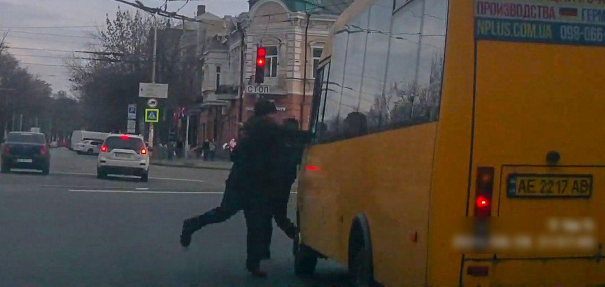 Отомстил водителю: в Днепре неадекватный мужчина разбил стекло маршрутки. Видео