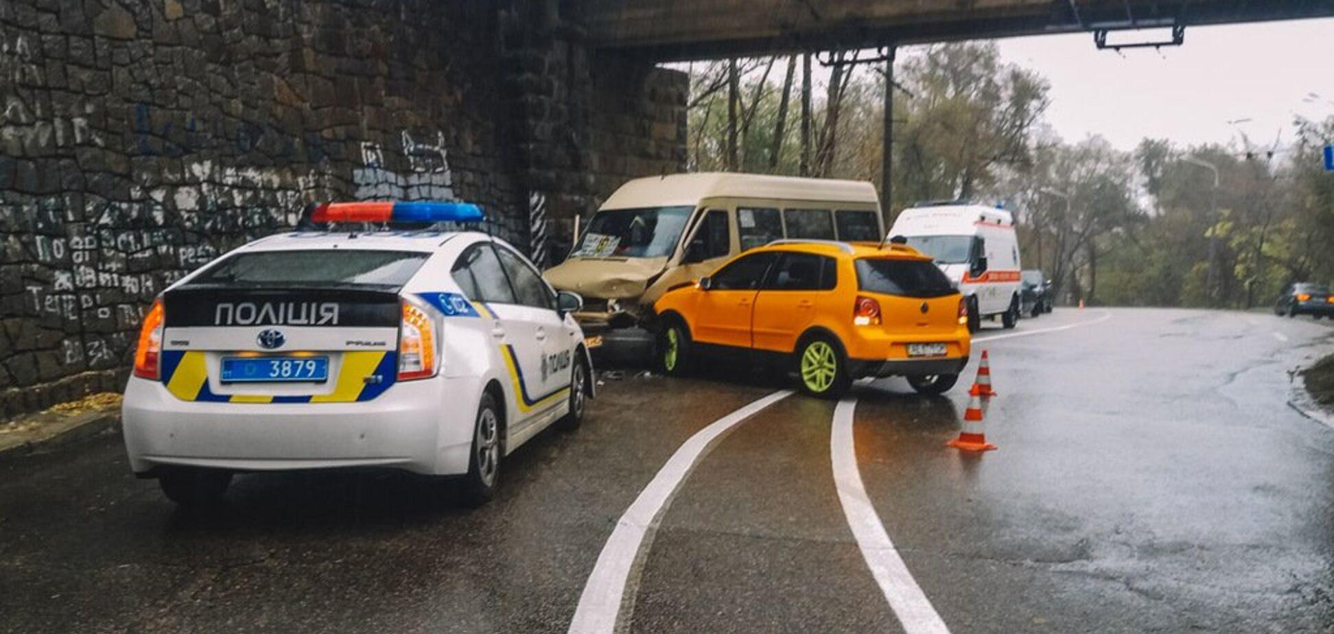 Потерял управление: в Днепре произошло серьезное ДТП с маршруткой