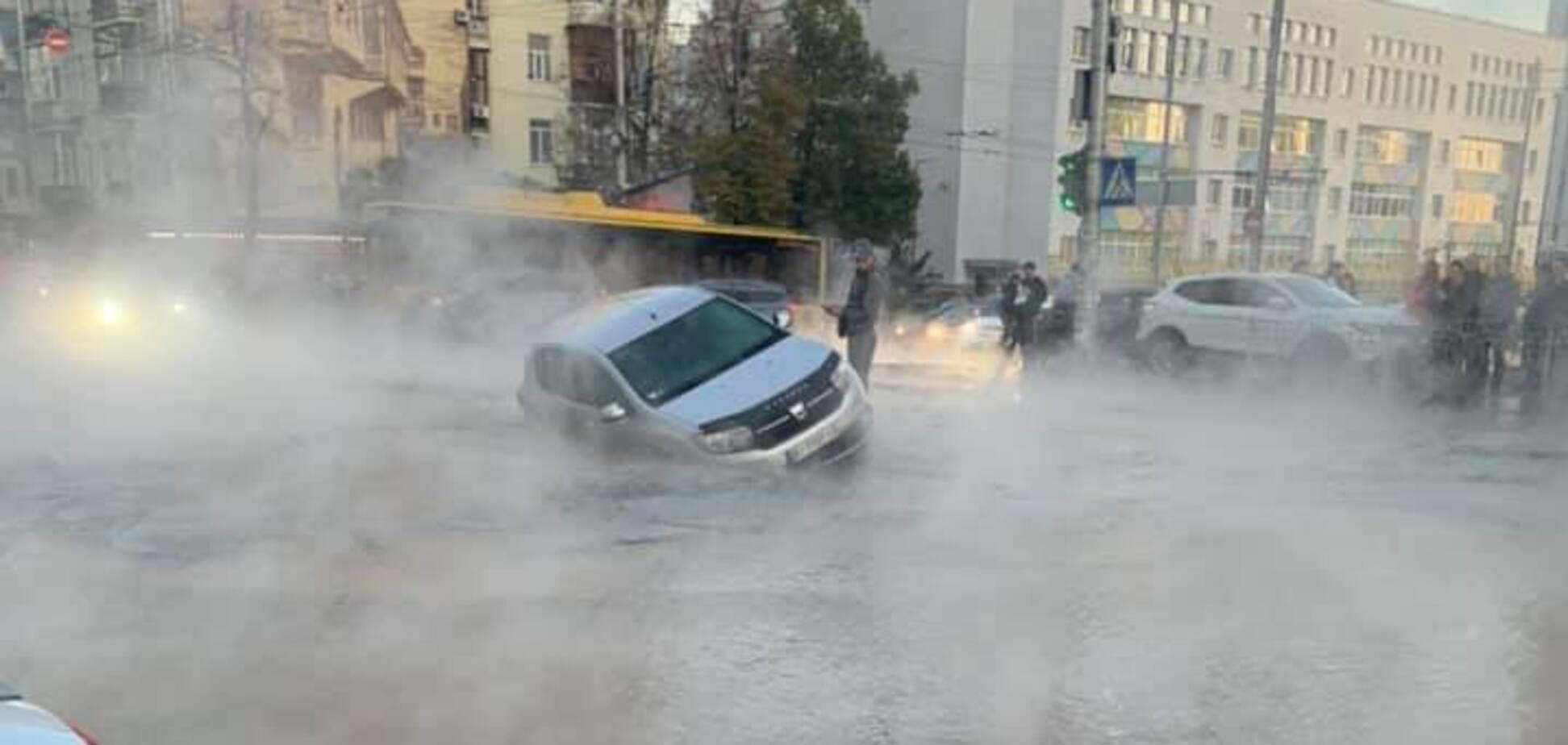 Вцентре Киева прорвало трубу с кипятком