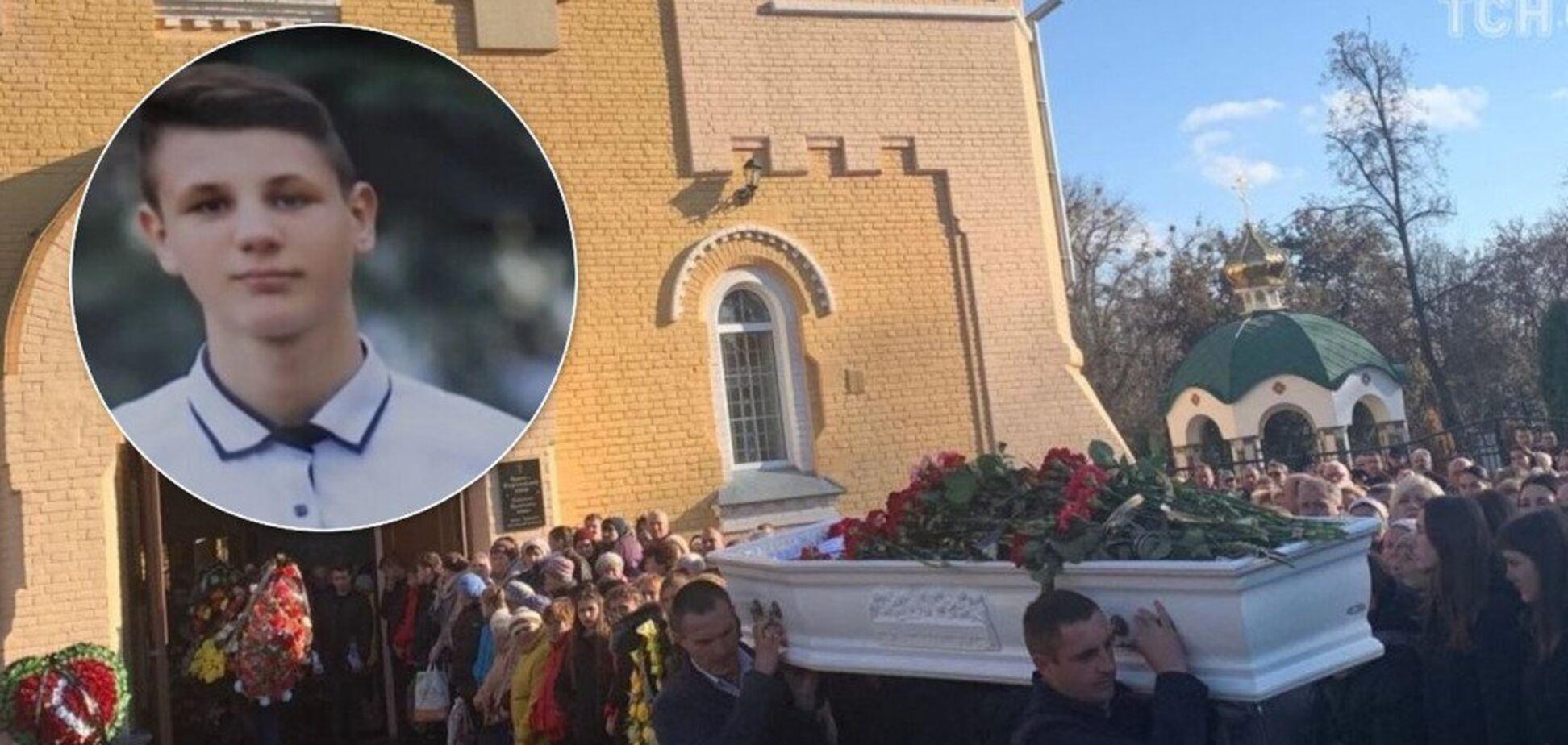 Нашли мертвым на рельсах: на Черниговщине сотни людей попрощались со школьником