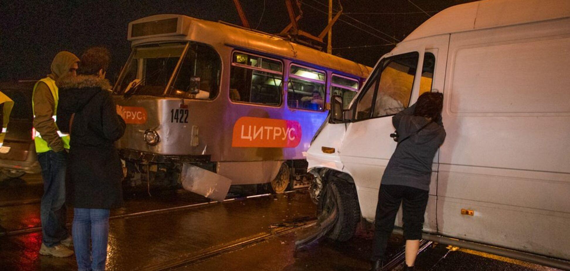 На Старому мосту в Дніпрі зіткнулися трамвай і мікроавтобус: є постраждалий