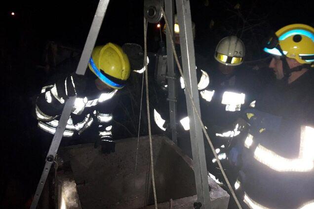 Спасатели достали мужчину из 13-метрового колодца