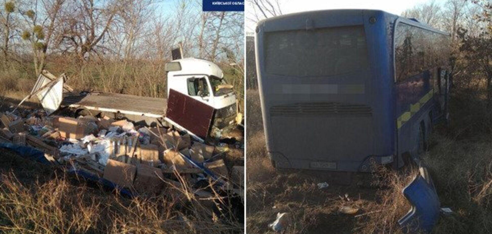 На Киевщине автобус с десятками пассажиров 'влетел' в грузовик