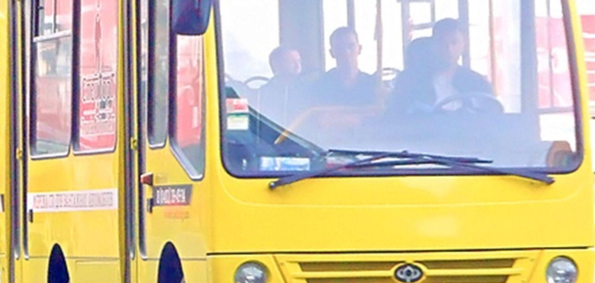 'Проверяли ногами, жив ли!' В Одессе из маршрутки выбросили пассажира без сознания