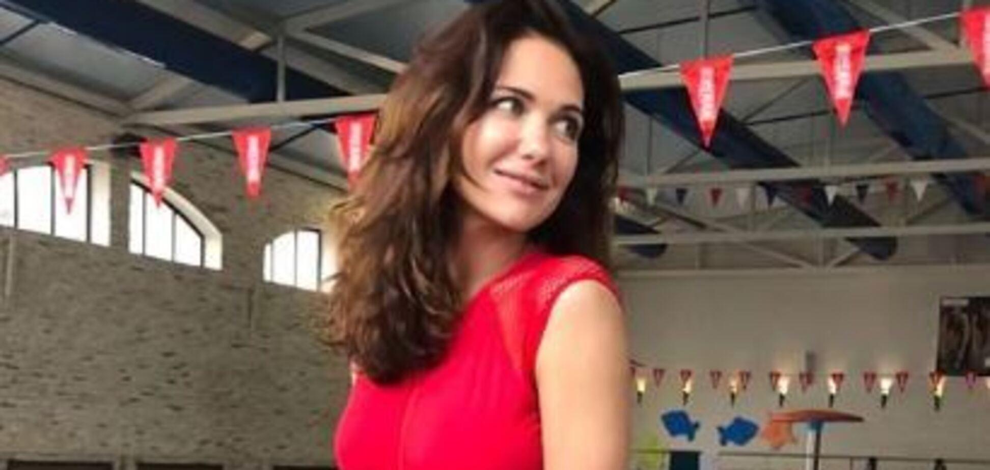 Російська акторка засвітила груди у відвертому купальнику
