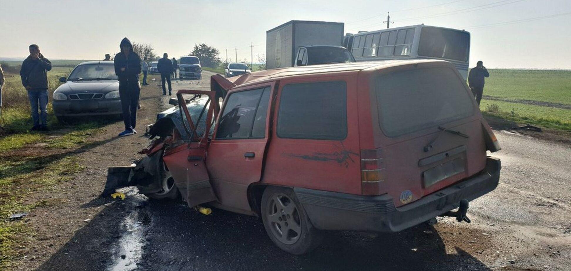 Столкнулись автобус и 5 авто: под Одессой произошло масштабное ДТП. Фото