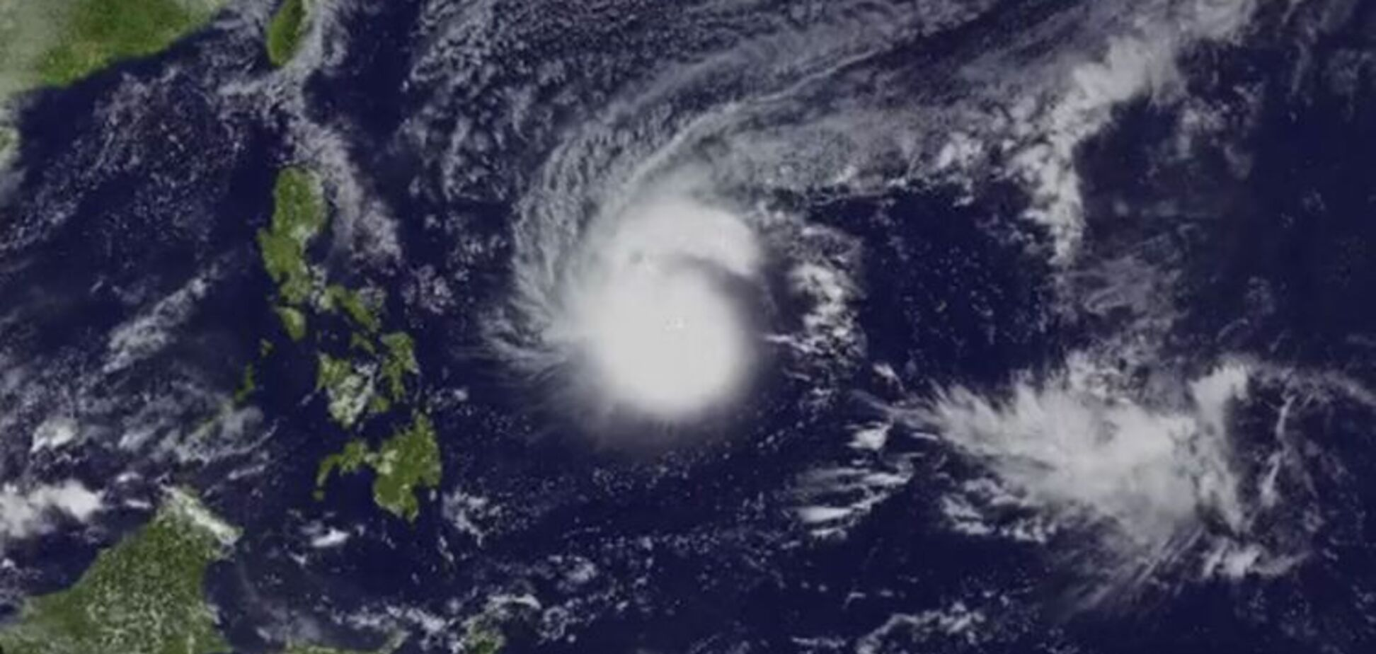 До Філіппін наближається тайфун-монстр 'Каммурі': зловісне видовище