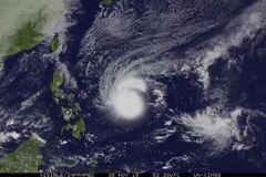 К Филиппинам приближается тайфун-монстр 'Каммури': зловещее зрелище