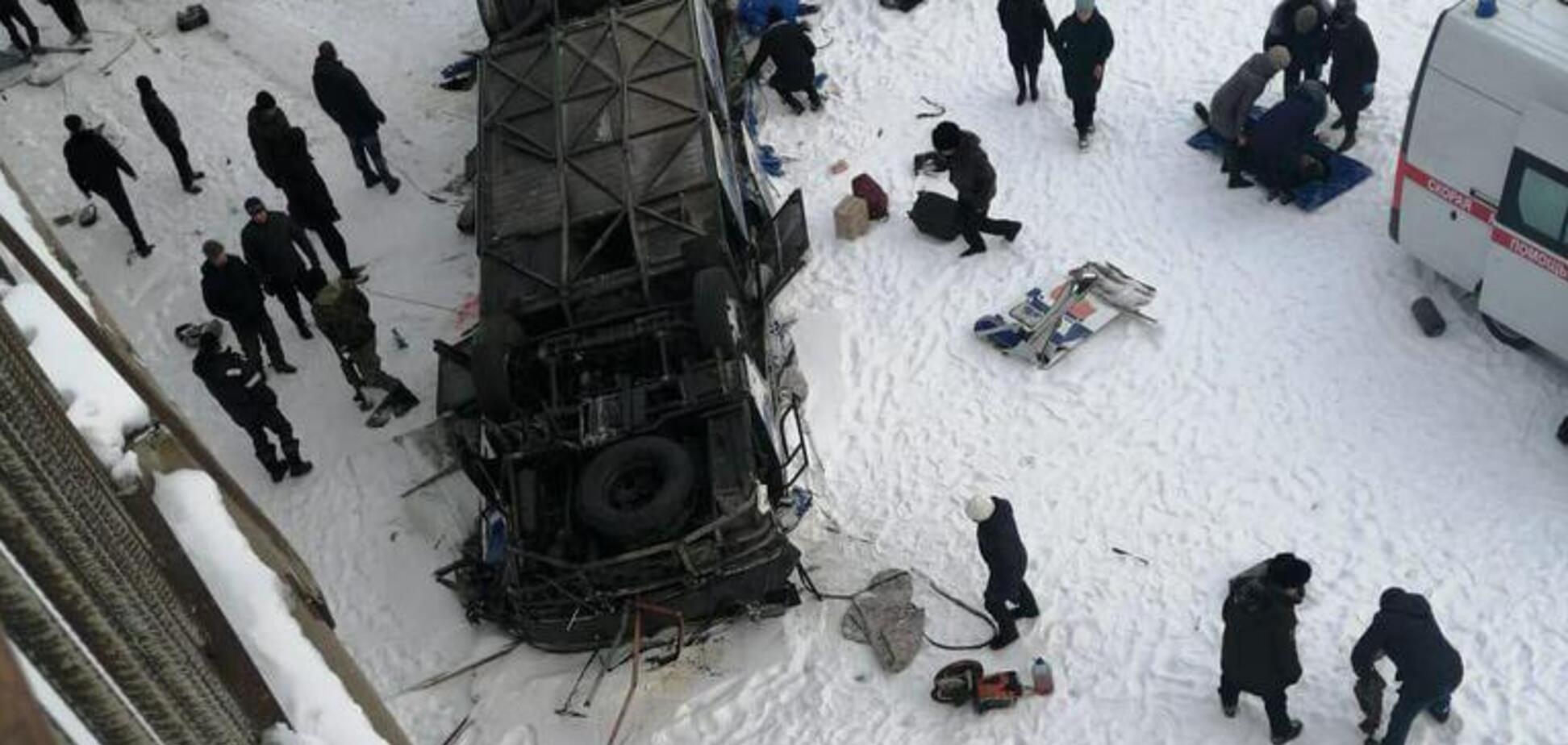 В России с моста на лед рухнул автобус с туристами: 19 жертв. Фото и видео