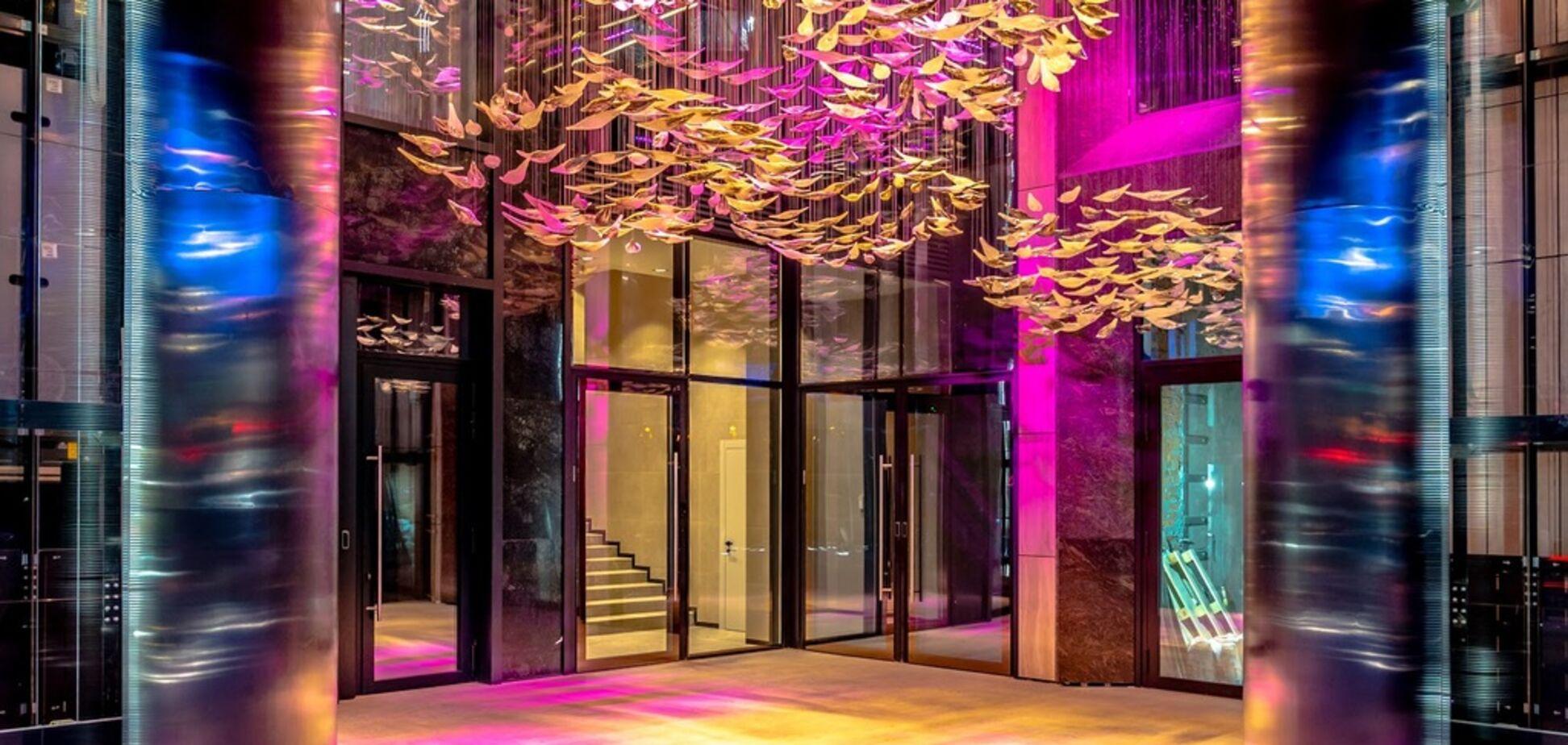 Магія скла та світла: у центрі Києва з'явилася ексклюзивна композиція всередині куба ЖК CHICAGO Central House