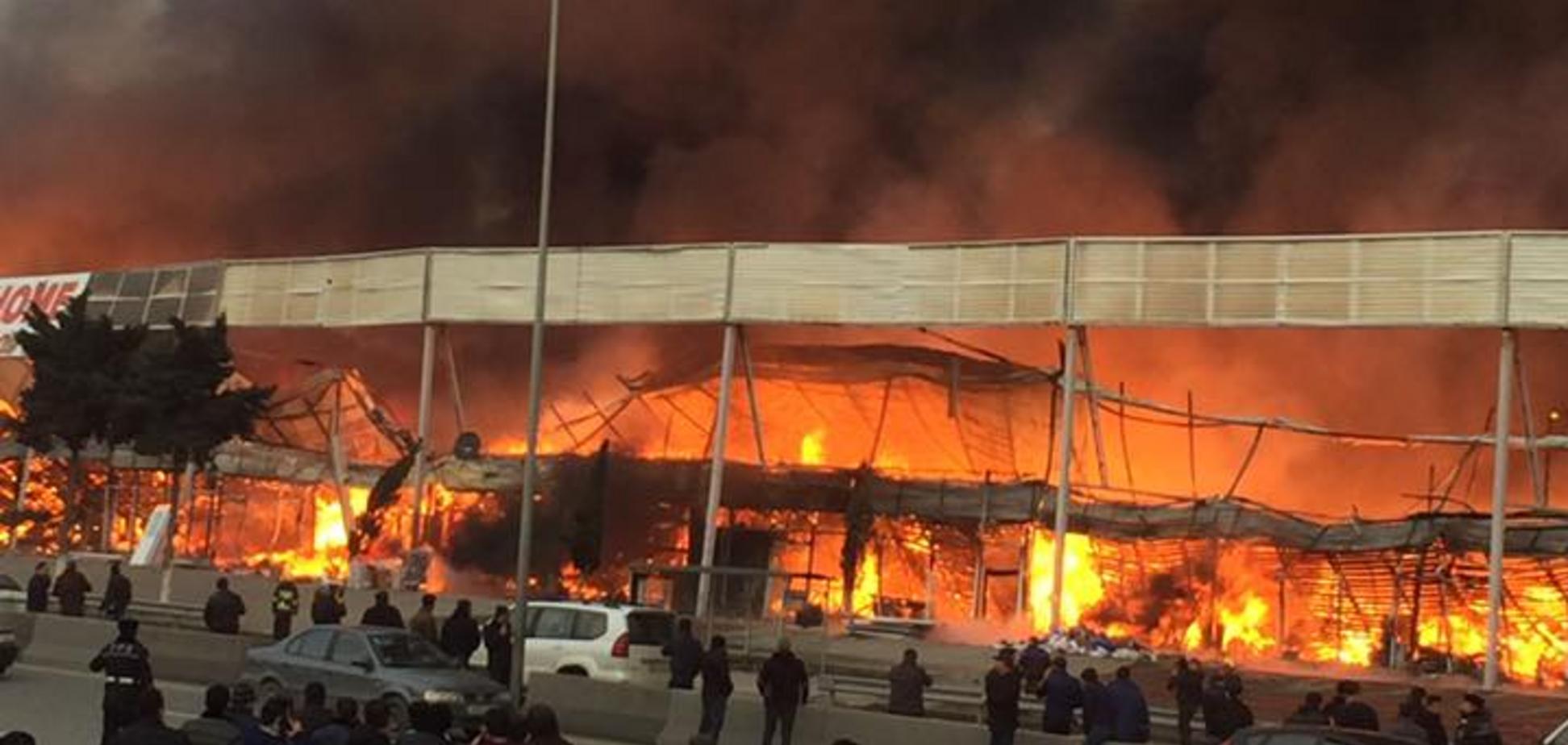 В Баку произошел масштабный пожар на рынке: сгорело 2 га площади