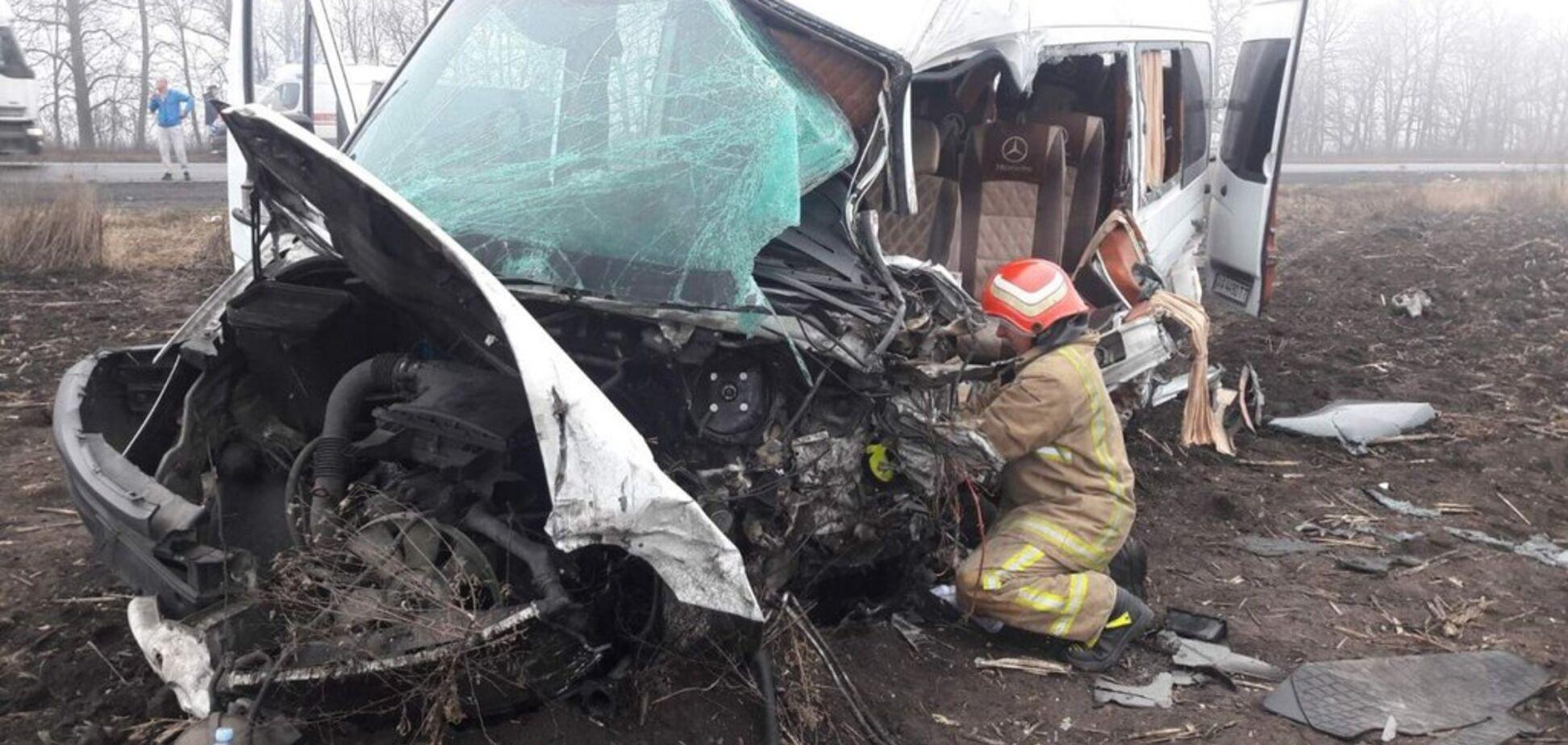 На Черкащині бус з людьми потрапив у важку ДТП з фурою: є постраждалі. Фото