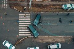 Шматки авто – по всій дорозі: водії влаштували жорстку ДТП в Дніпрі. Фото й відео