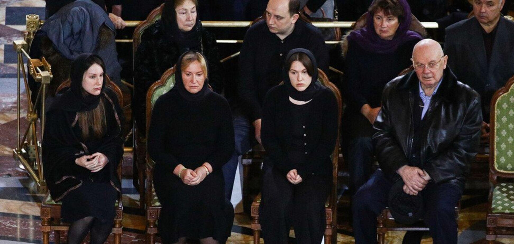 Положила в гроб: жена Лужкова на похоронах озадачила россиян