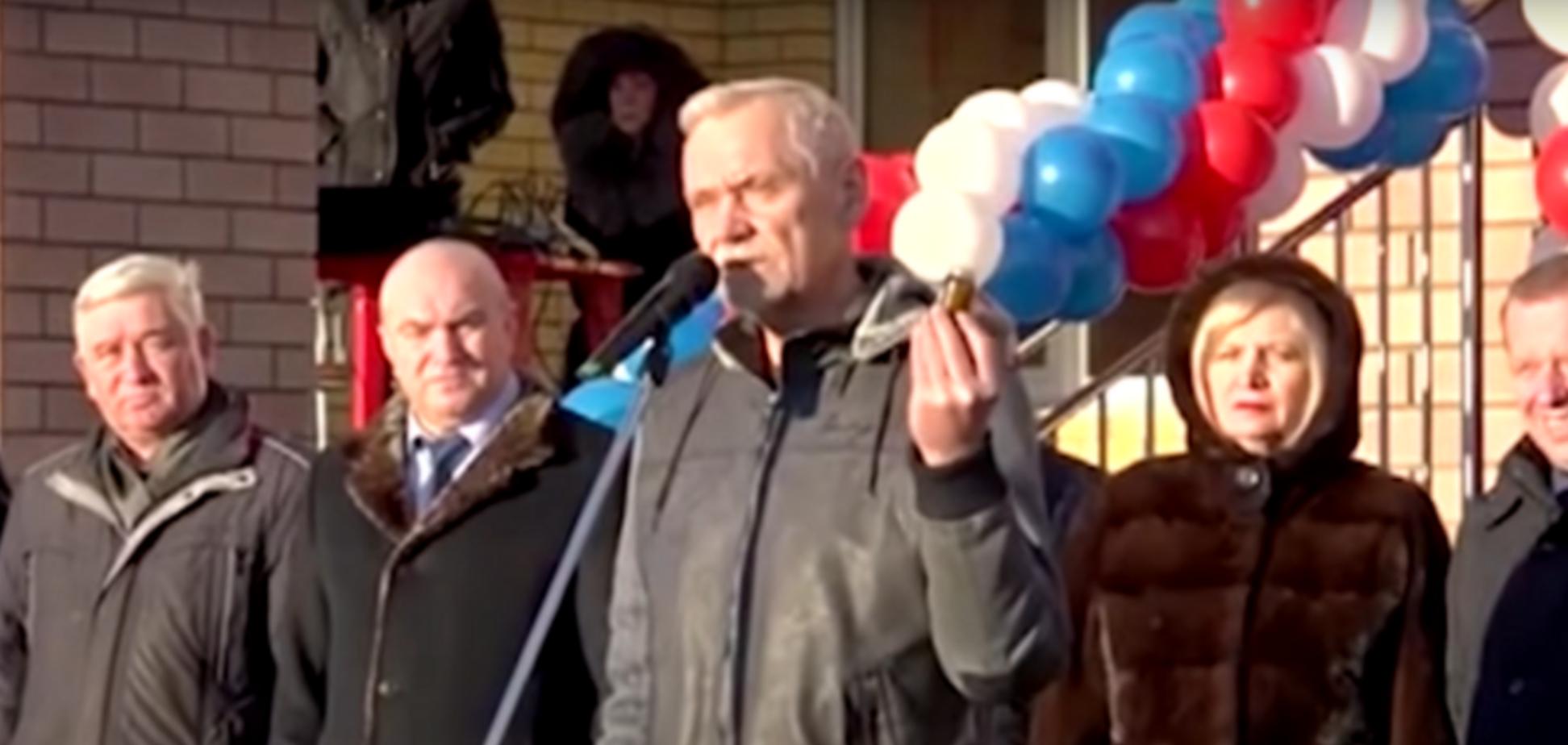 'Їм стане в нагоді': в Росії депутат подарував чиновникам вазелін. Відео