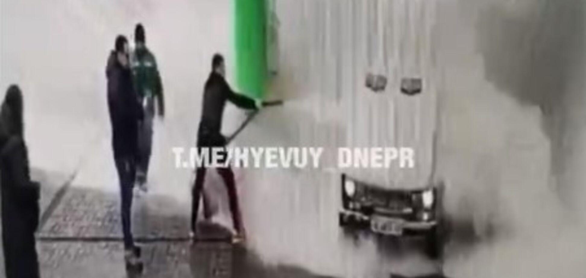 У Дніпрі на заправці спалахнув автомобіль: момент потрапив на відео