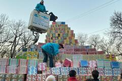 В Одессе соорудили гигантскую пирамиду из подарков