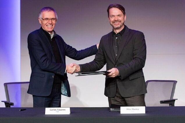 PSA CEO Карлос Таварес (слева) и FCA CEO Майк Менли на церемонии подписания соглашения