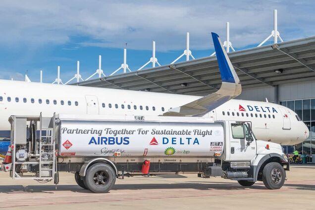 Заправка самолета компании Delta Air Lines