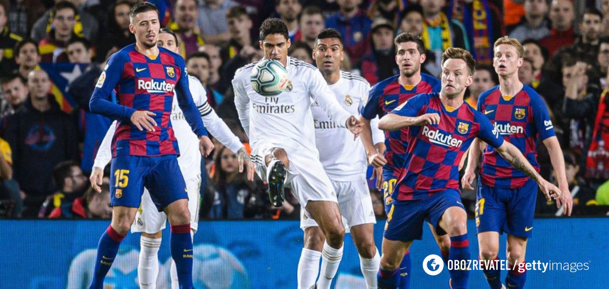 Рафаэль Варан в окружении игроков 'Барселоны'