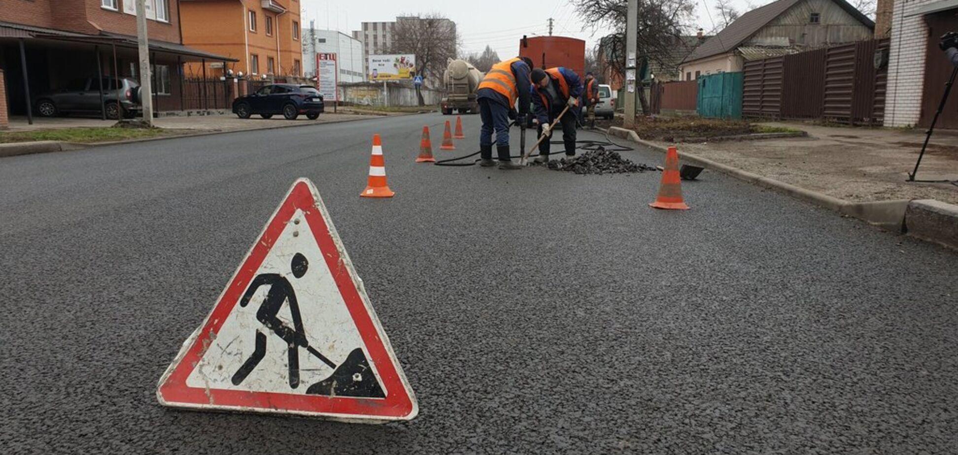 В Черкассах дорожники закатали в асфальт десятки люков: теперь дорогу уничтожают. Видео