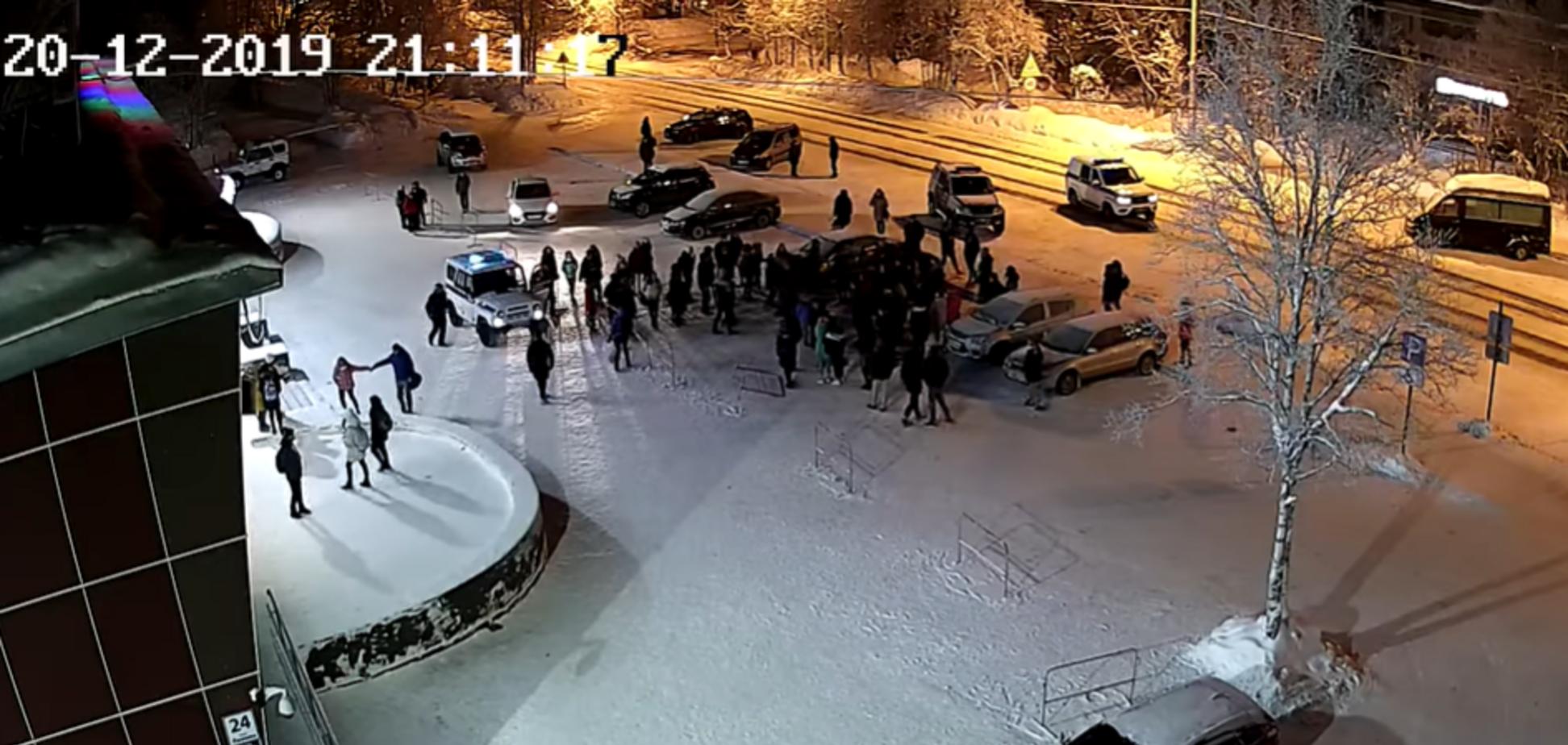 В России толпа детей жестко избила полицейских: опубликовано видео