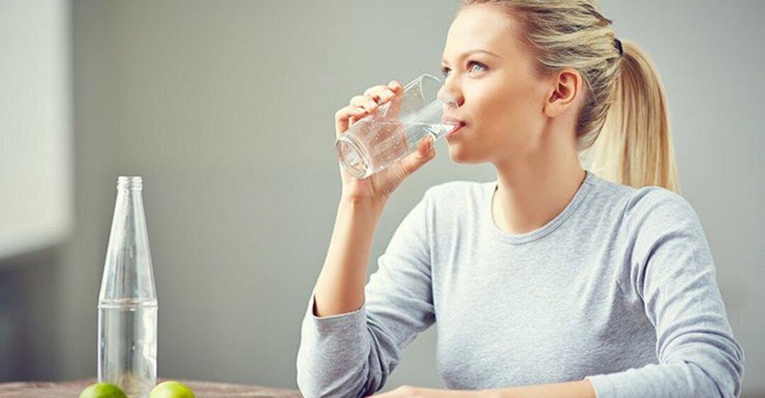 Врач рассказала, кому нельзя пить минеральную воду