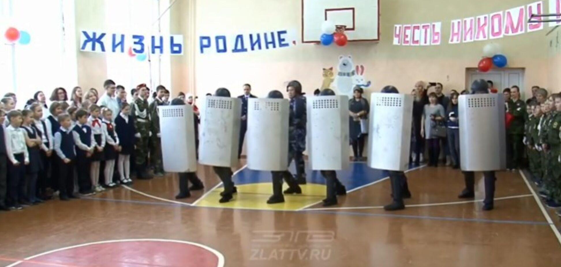 'Палицею зверху, знизу бий!' У Росії тюремний спецназ відпрацював на школярах розгін мітингів