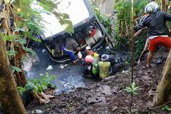 В Индонезии автобус упал с высоты в реку