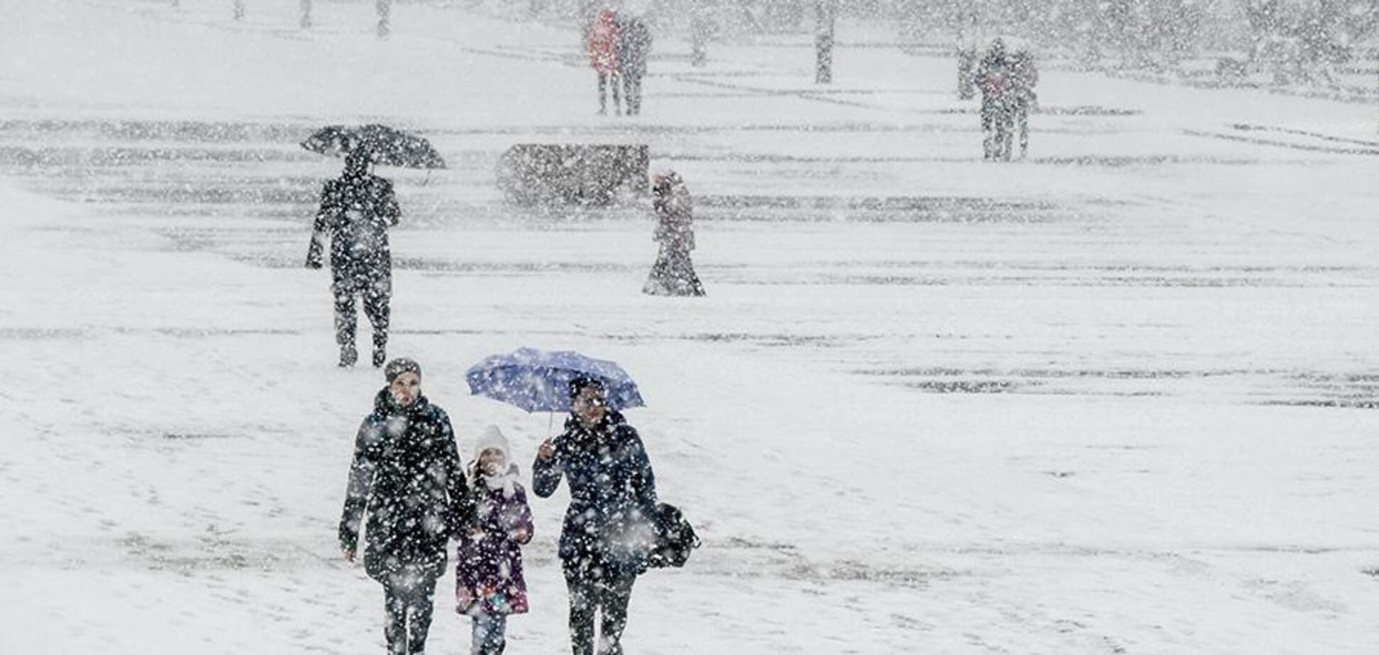 Сильный снег и бешеный ветер: часть Украины закружит метель. Карта